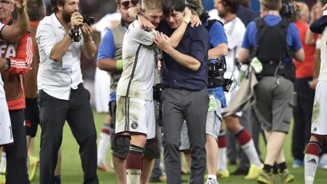 2a1ac067 RETT OG SLETT VAKKERT : Bastian Sweinsteiger og Joachim Löw gråter sammen  på Maracana Stadion etter