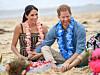 STRÅLER AV GRAVIDLYKKE: Hertuginne Meghan og prins Harry virker mer forelsket enn noen gang før! Her fra et arrangement på den populære surferstranden Bondi Beach i Australia i slutten av oktober. FOTO: NTB Scanpix